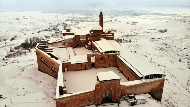 Tarihi İshak Paşa Sarayında kış manzaraları
