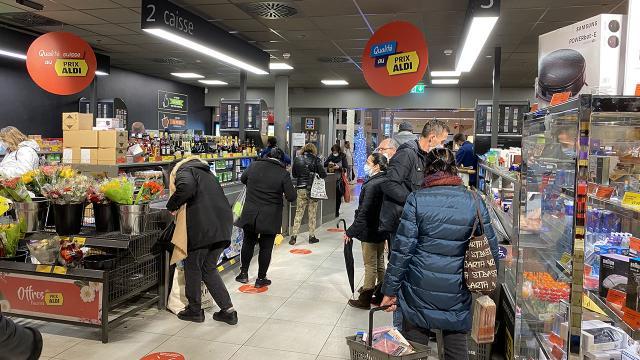 İsviçrede Noel tatili öncesi market rafları boşaldı