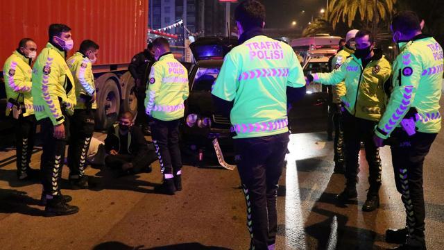 Ehliyetsiz sürücü refüje çarpınca yakalandı