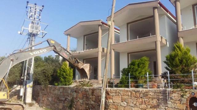 Marmariste imara aykırı binaların yıkımı sürüyor