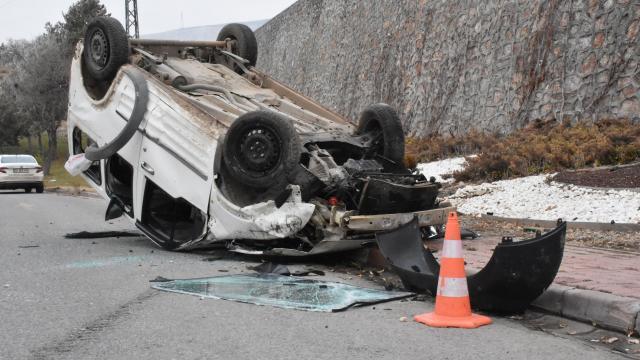 Buzlanan yolda kontrolden çıkan araç 10 metreden düştü