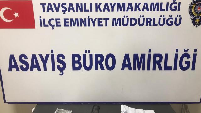 Kütahyada uyuşturucu ticareti yaptıkları iddiasıyla yakalanan iki zanlı tutuklandı