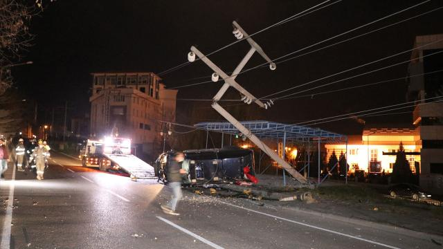 Alkollü sürücü elektrik direğine çarptı, 10 mahallenin elektriği kesildi