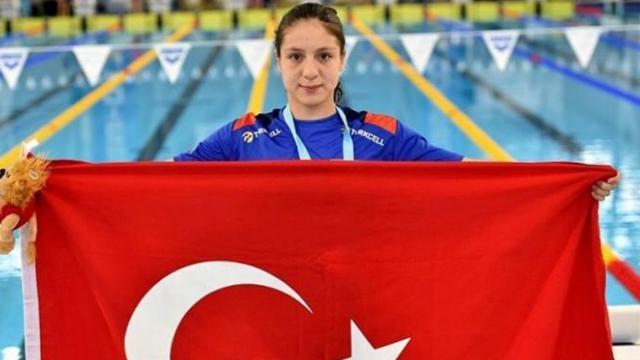 Milli yüzücü Merve Tuncelden dünya gençler rekoru
