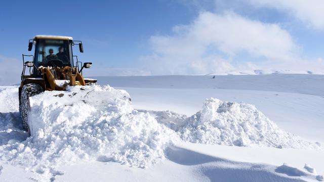 Muşta kardan kapanan yolların büyük kısmı açıldı