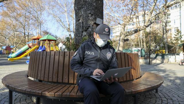 """İlk iftarını bankta kumanyayla açarken objektife takılan polis memuru, AAnın """"Yılın Fotoğrafları"""" oylamasına katıldı"""