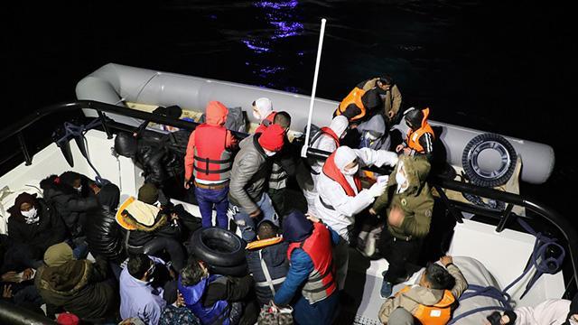 Çanakkalede botları arızalanan 54 sığınmacı kurtarıldı