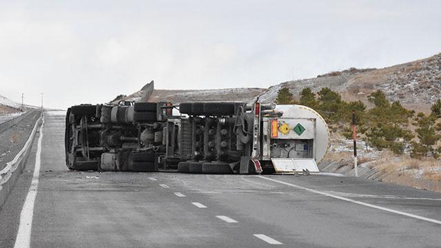 Sivasta oksijen yüklü tanker devrildi: Yol trafiğe kapatıldı