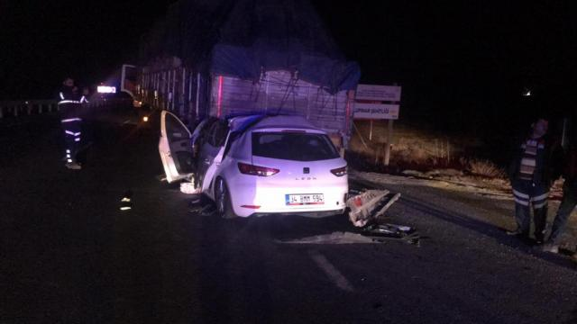 Uşakta tıra çarpan otomobilin sürücüsü yaşamını yitirdi