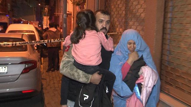 İstanbulda korkutan yangın: Mahsur kalan 22 kişi kurtarıldı