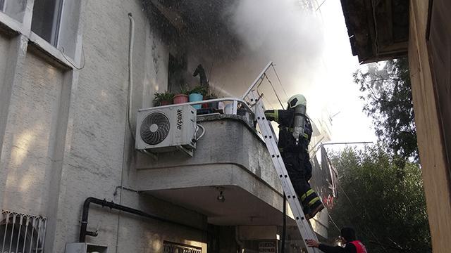 Evinde yangın çıkan genç kız balkondan atlayarak kurtuldu