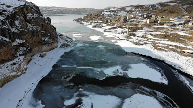 Ağrıdaki Yazıcı Barajı kısmen buz tuttu