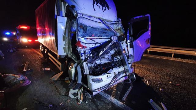 Bursa-Ankara kara yolunda kamyon ile çekici çarpıştı: 1 ölü, 1 yaralı
