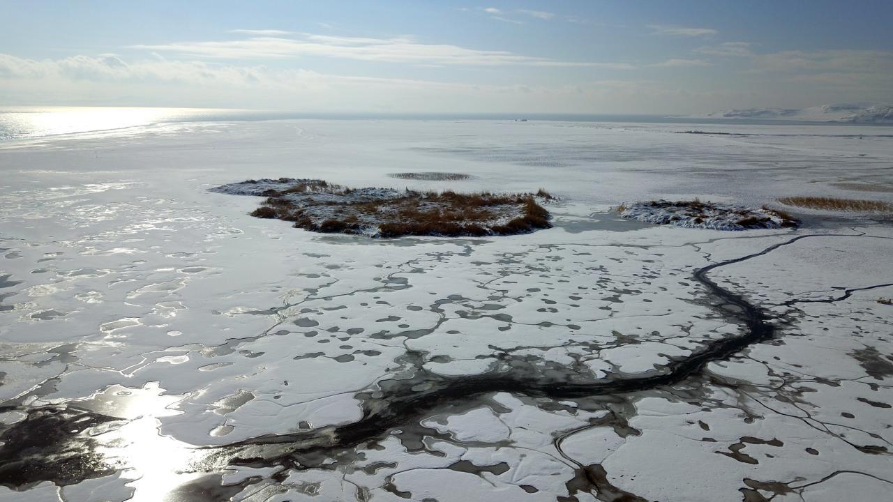 Kısmen donan Van Gölü sahilleri güzel manzaralar oluştu