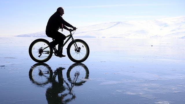 Buz tutan Çıldır Gölünde bisiklet turu heyecanı
