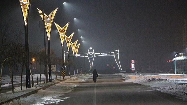 Karlova Belediyesi ilçedeki kaldırım ve caddeleri ışıklarla renklendirdi