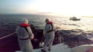 Su alan teknedeki 16 düzensiz göçmen kurtarıldı