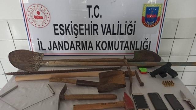 Eskişehirde izinsiz kazı yapan 3 şüpheli yakalandı