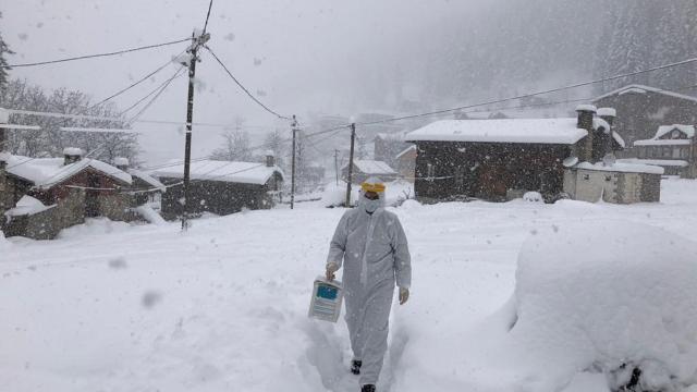 Filyasyon ekipleri kar kış dinlemeden hastaların yardımına koşuyor