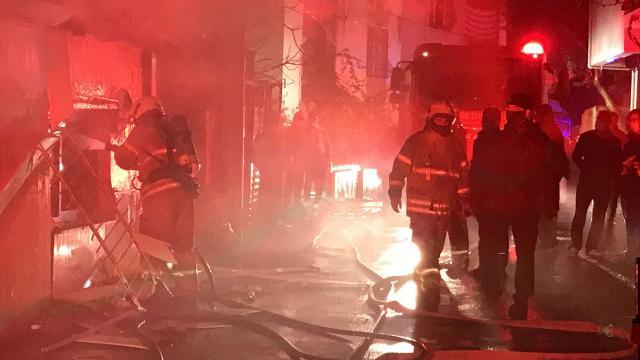 İzmirde yangında mahsur kalanları komşuları kurtardı