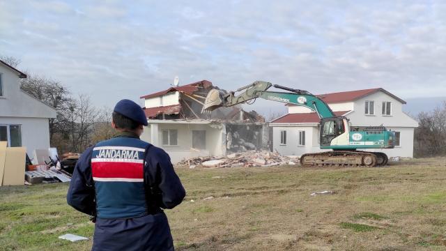 Çatalcada, 8 kaçak yapı yıkıldı