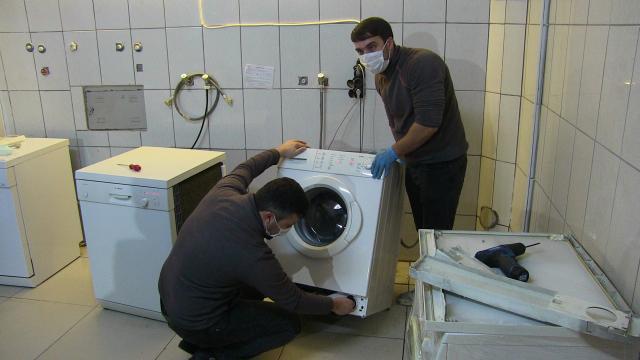 İki yıl önce kaybettikleri altını çamaşır makinesinin tıkanan borusunda buldular