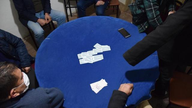 Mersinde kısıtlamaya uymayıp kumar oynayanlara 37 bin lira ceza