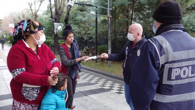 Kırklarelinde maskesi olmayan vatandaşa polis ekipleri maske verdi