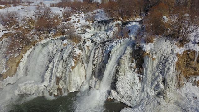 Muradiye Şelalesi kısmen dondu