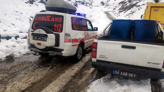 Karda mahsur kalan hastalar ekiplerin yolu açmasıyla hastaneye ulaştırıldı