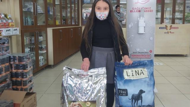 Kocaelide 8 yaşındaki Ecrin biriktirdiği harçlıklarla sokak hayvanlarına mama aldı
