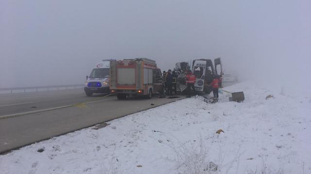 Hakkaride yolcu minibüsü ile tır çarpıştı: 4 ölü, 7 yaralı