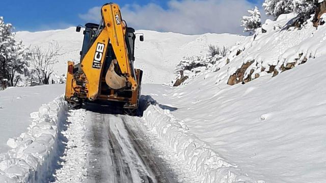 Siirtte karda mahsur kalan 3 hasta ekiplerin yolu açmasıyla hastaneye ulaştırıldı