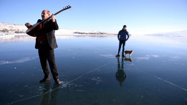 Ardahanlı ozan buzla kaplı Çıldır Gölü üzerinde mini konser verdi