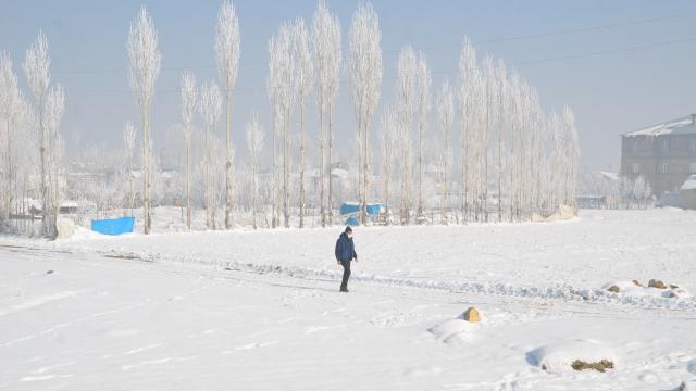 Bitliste kardan kapanan 223 köy yolu açıldı, Muşta çocuklar buz tutan derede kızak kaydı