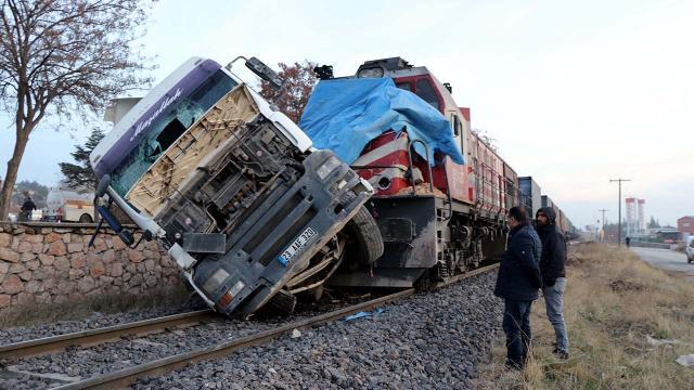 Hemzemin geçitten geçmeye çalışan tıra yük treni çarptı: 5 yaralı