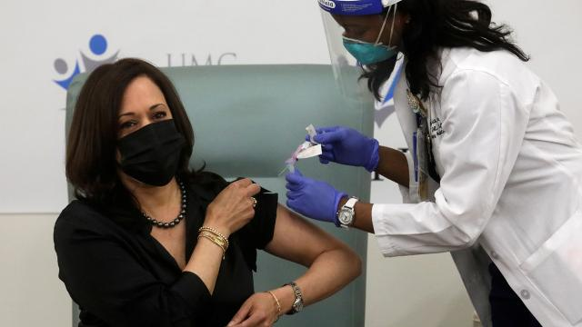 Kamala Harris, koronavirüs aşısı oldu