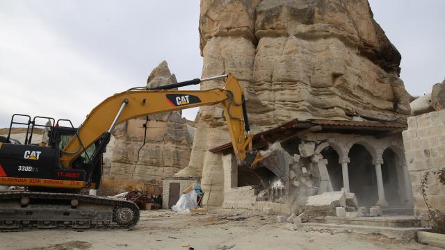 Kapadokyada peribacalarının yakınındaki yapıların yıkımı sürüyor