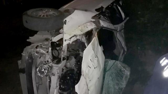 Adanada otomobil bahçeye devrildi: 2 ölü
