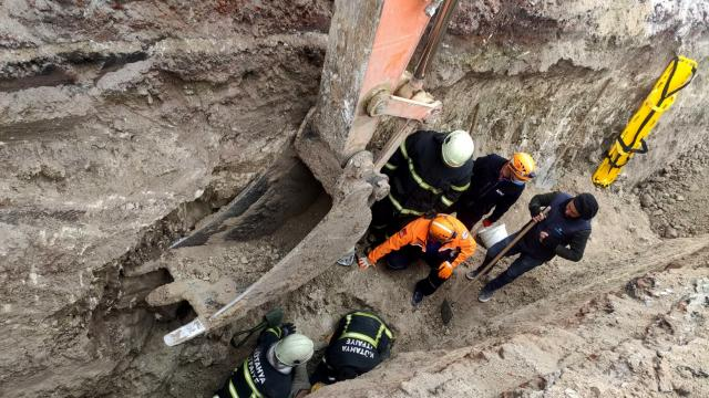 Kütahyada kanalizasyon kazısında toprak altında kalan işçi kurtarıldı