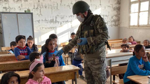 Mehmetçikten Barış Pınarı bölgesindeki çocuklara yardım eli