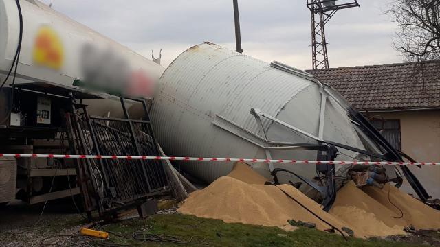 Mengende üzerine yem silosu devrilen kişi hayatını kaybetti