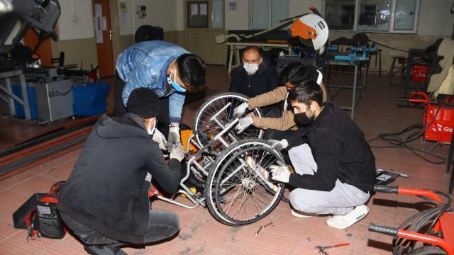 Engellilerin tekerlekli sandalyelerini onaran liseliler gönüllere dokunuyor