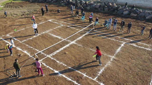 Bakan Kasapoğlundan Viranşehirli köylülere tenis kortu sözü