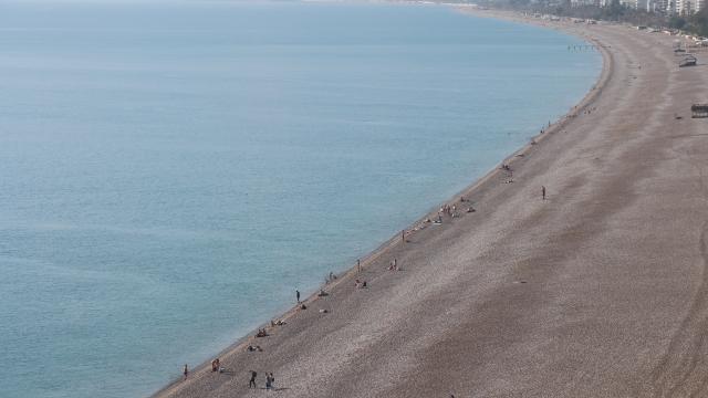 Antalyada yabancı turistler denizin keyfini çıkardı