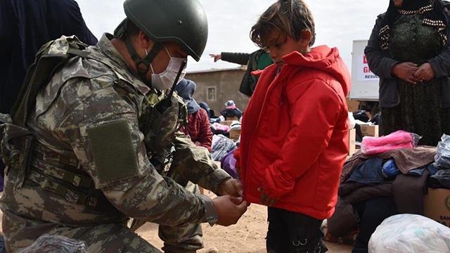 Mehmetçikten çocuklara gıda ve kıyafet yardımı
