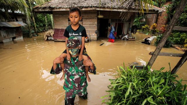 Endonezyada binlerce kişi selden etkilendi