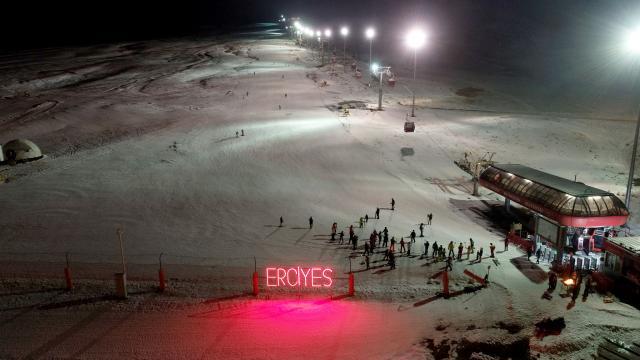 """Erciyeste turistler """"gece kayağı"""" ile eğleniyor"""
