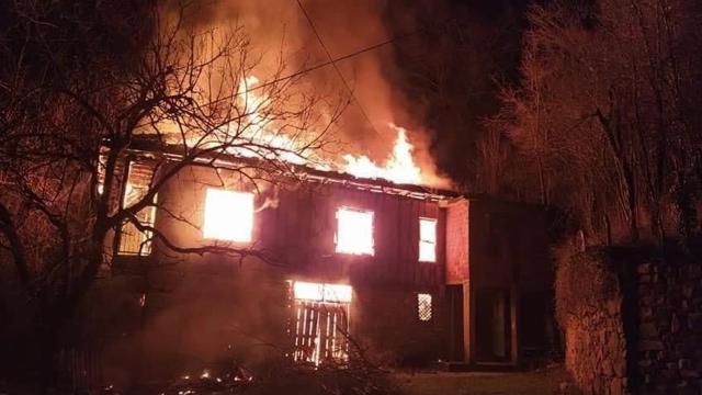 Bartında bir kişi sobayı tutuşturmak isterken evi yaktı