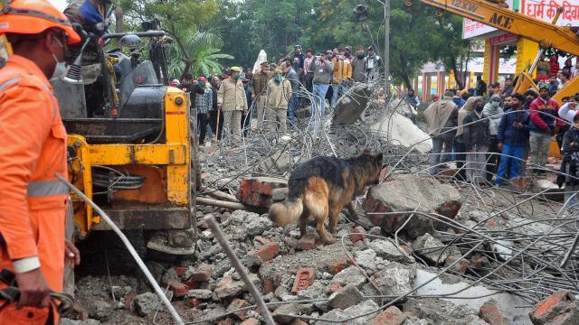Hindistanda, cenaze töreninde beton gölgelik çöktü: En az 18 ölü